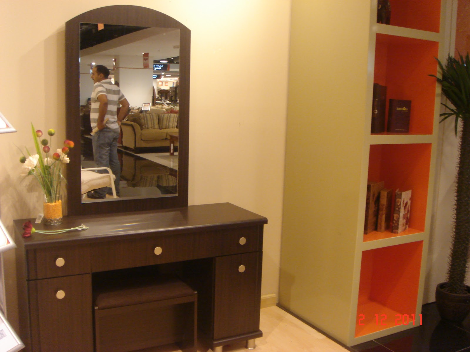 Modern dressing table with mirror - Modern Wooden Dressing Table Designs With Mirror Lights Dsc07385