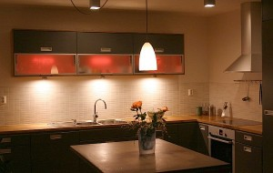 Elegant-Kitchen-Lighting-in-Modern-House-Interior-with-Pendants