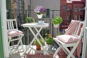 Small-Patio-Decorating-02-1-Kindesign