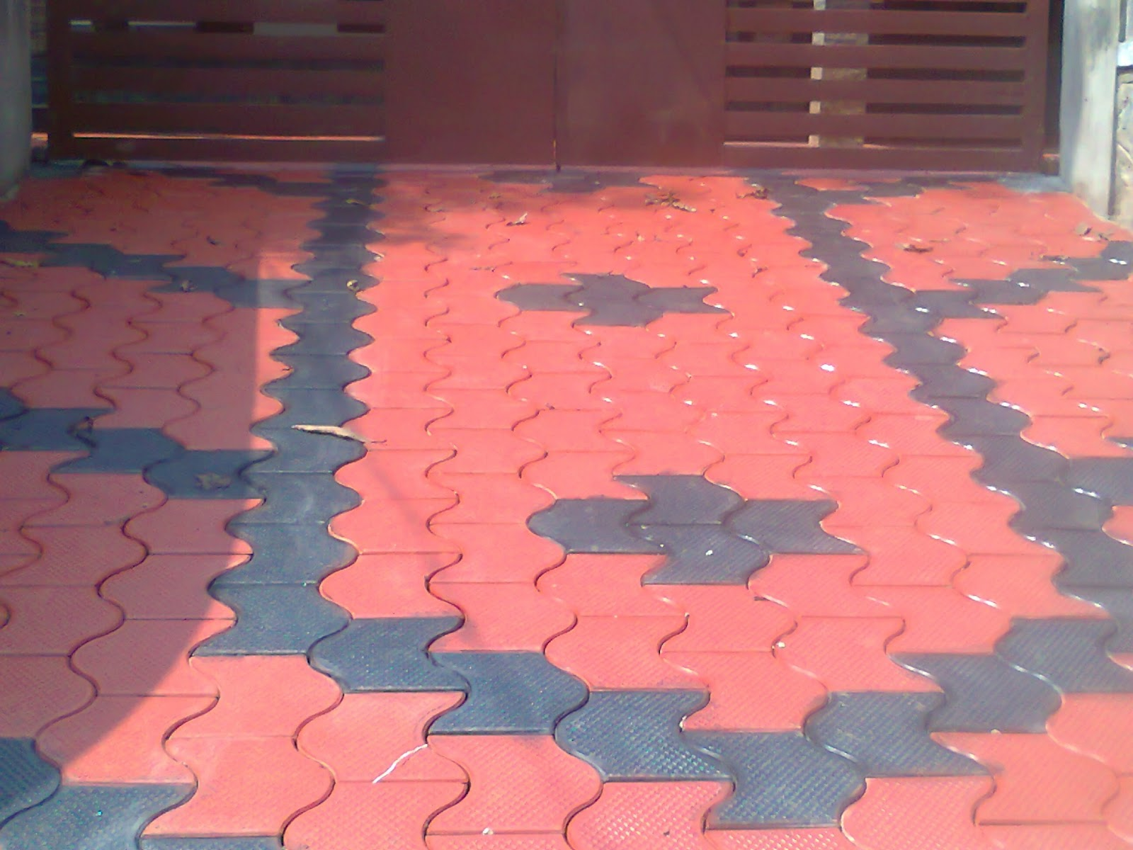 Interlocking vinyl floor tiles